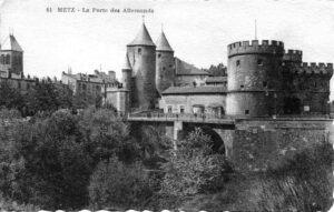 Carte postale ancienne en noir et blanc d'une vue sur la porte des allemands