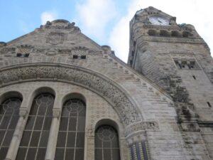 Vue de la façade principale de la gare de Metz avec son horloge.