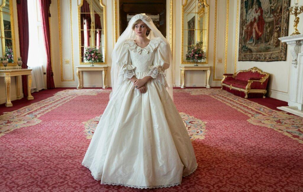 Emma Corrin portant une réplique de la robe de mariée de Lady Diana Spencer dans la série The Crown