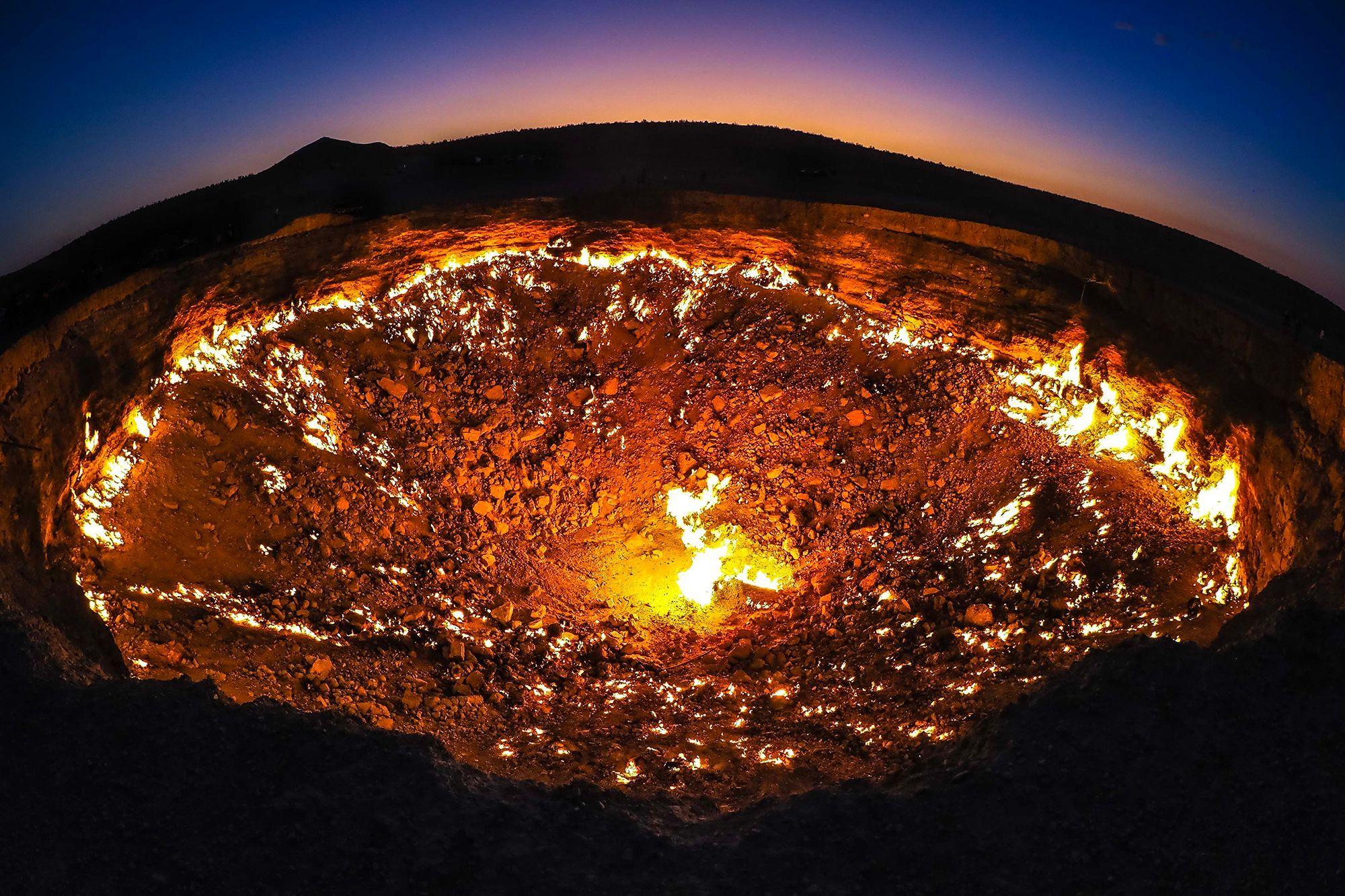 """Découvrez la """"Porte de l'Enfer"""", un cratère de feu au Turkménistan !"""