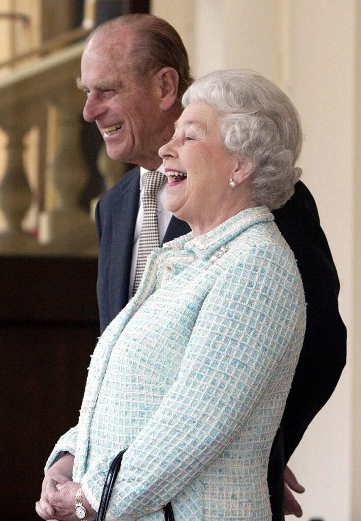 Le prince Philip et la reine Elisabeth II riant - Cultea