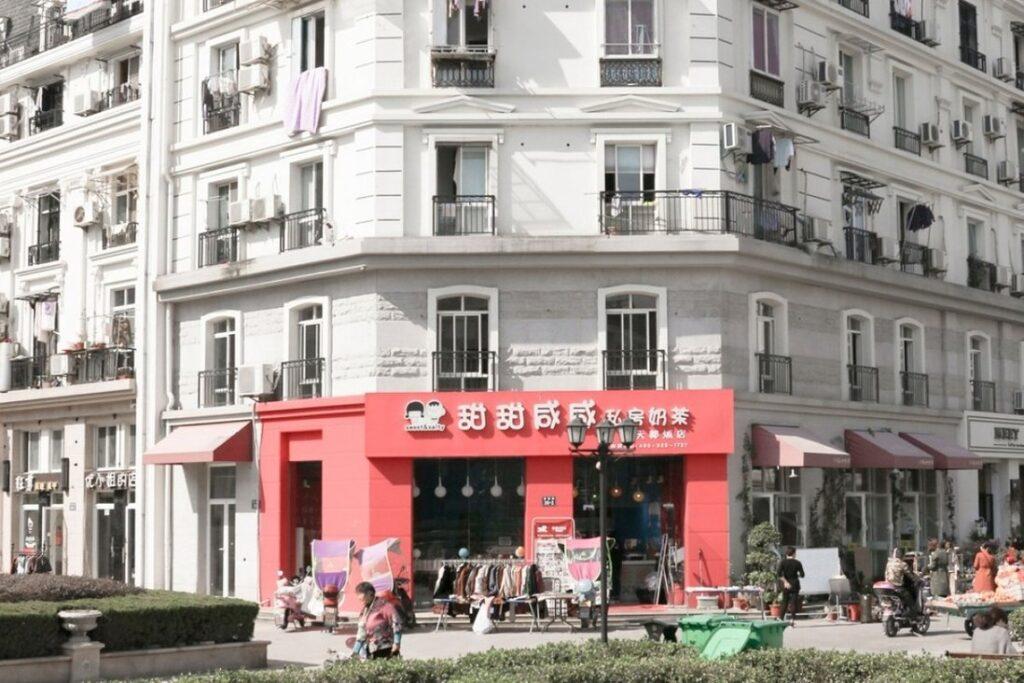 Un immeuble dans la ville chinoise de Tiandu Cheng, construit dans le style de ceux que l'on trouve à Paris. Photo : François Prost - Cultea