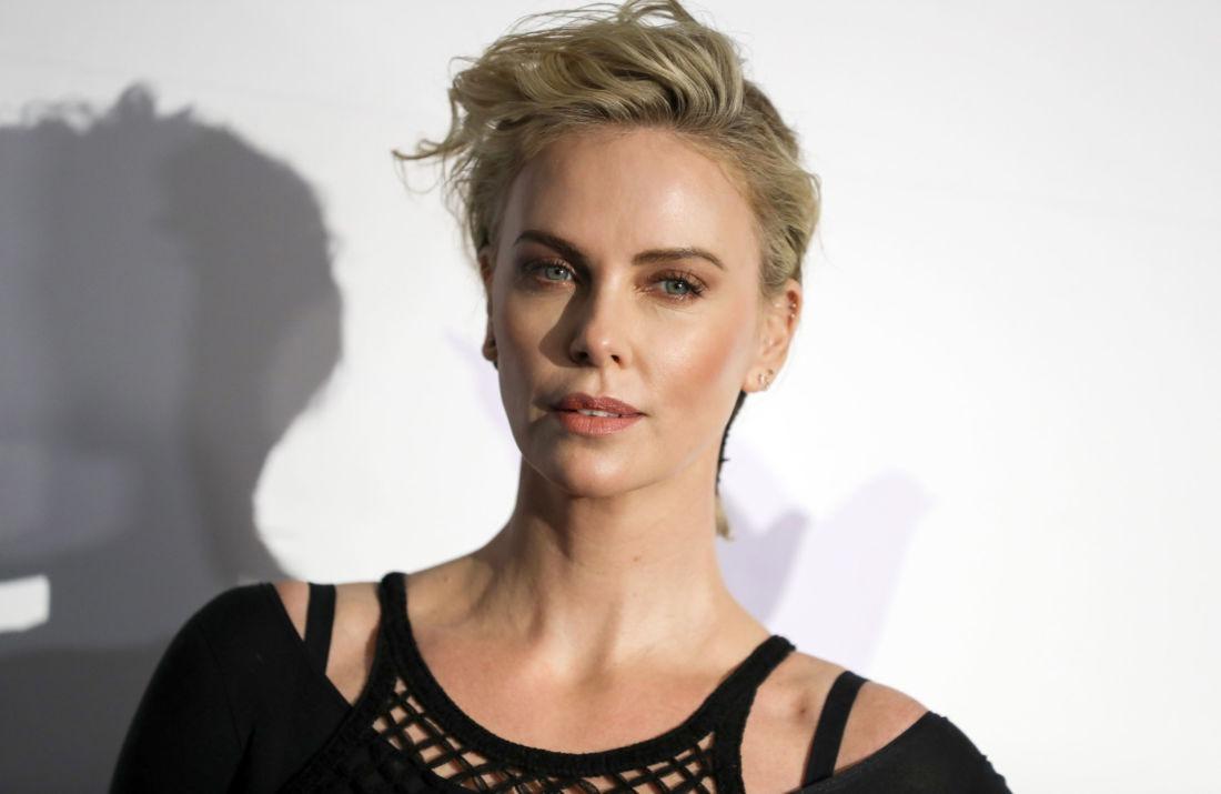 Charlize Theron va produire un film féministe sur le monde du surf ! - Cultea