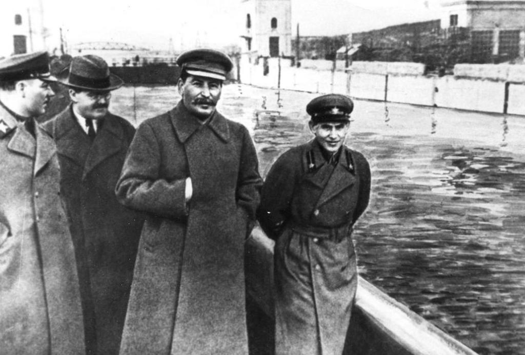 Nikolaï Iejov à droite de Staline - Cultea