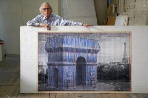 Christo dans son atelier posant avec un dessin préparatoire de L'Arc de Triomphe, Wrapped. New York, le 20 septembre 2019.