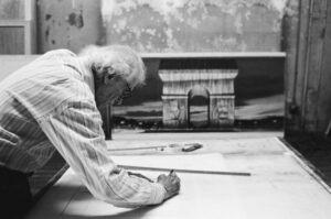 Christo dans son atelier en train de travailler sur un dessin préparatoire pour L'Arc de Triomphe, Wrapped. New York, 2020.