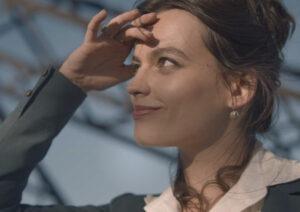 Emma Backey dans son rôle d'Adrienne Bourgès