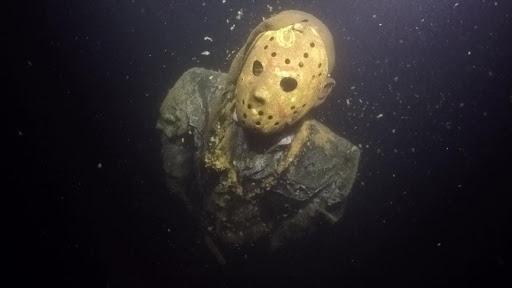 """Le tueur Jason, de """"Vendredi 13"""", enchaîné au fond d'un lac pendant 8 ans"""