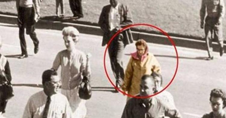 Lady Babushka, cette inconnue présente lors de l'assassinat de JFK... - Cultea
