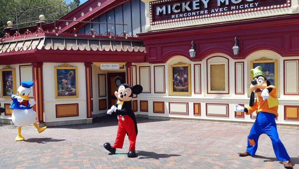 Mickey et ses amis à Disneyland Paris, prêts pour une séance photo - Cultea