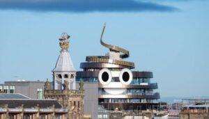 Hotel Emoji Caca avec les yeux rajoutés