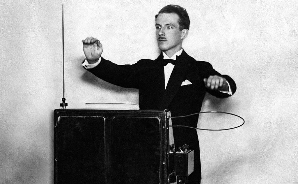 Le thérémine : instrument incongru et ancêtre de la musique électronique - Cultea