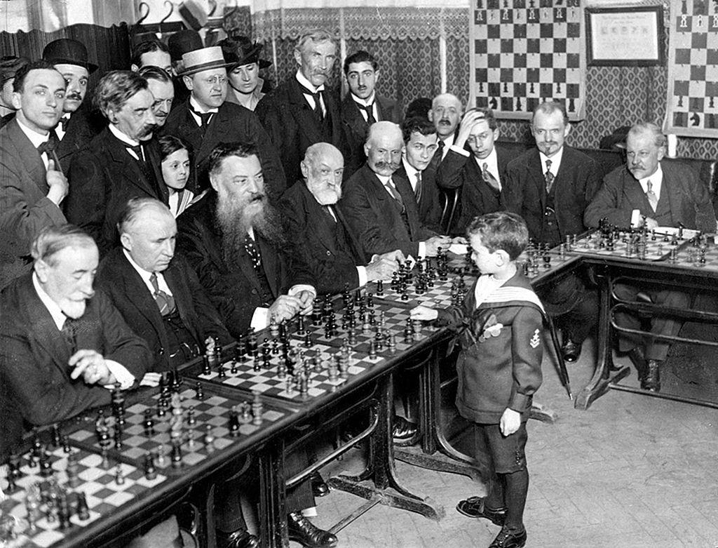 Qui est l'enfant prodige qui a battu 20 maîtres d'échecs en même temps?