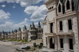 Des centaines de villas et de maisons aux allures de château sont considérées comme inachevées dans le lotissement Burj Al Babas le 21 mai 2019 à Mudurnu, en Turquie.