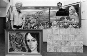 Margaret et Walter posent avec une sélection de peintures en 1965. Photographie : Bill Ray/The LIFE Picture Collection/Gett